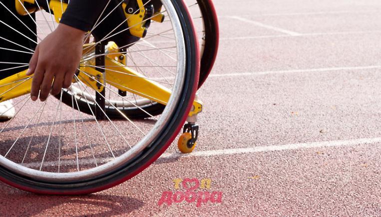 человек в инвалидной коляске, крутит колеса