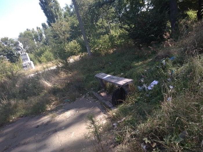 мусор во круг лавки