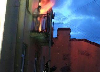 горит квартира женщина на балконе