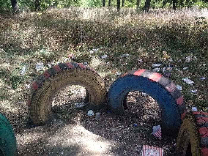 детская площадка загаженная мусором