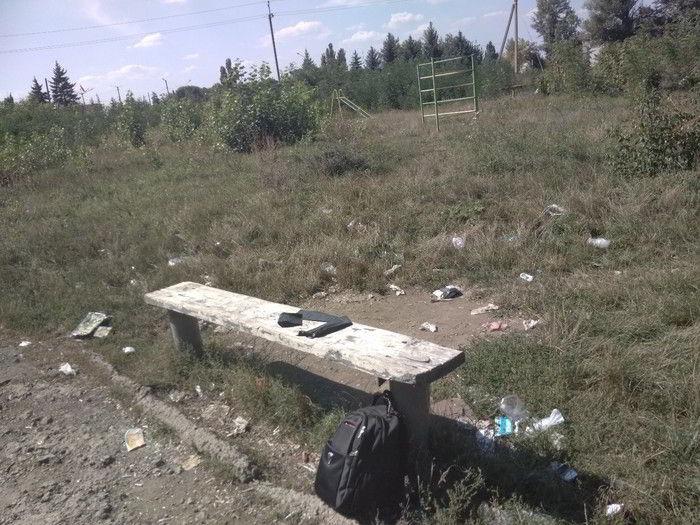 мусор во круг лавки у детской площадки
