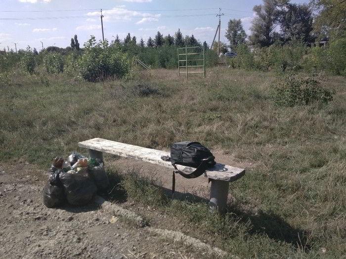 школьник убрал вековой мусор у лавки рядом с детской площадкой
