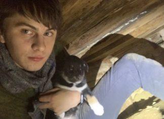 спас из подвала дома пять маленьких щенят