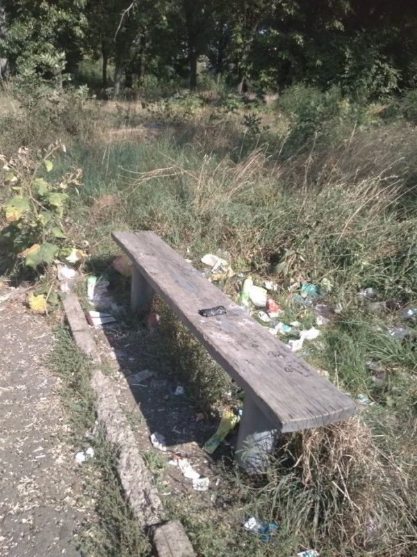 вековой мусор у лавки