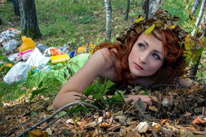 Мусор, в котором фотографировалась модель, был найден в лесу, специально ничего не привозили