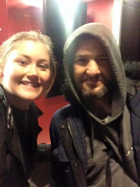 бездомный помог Николь