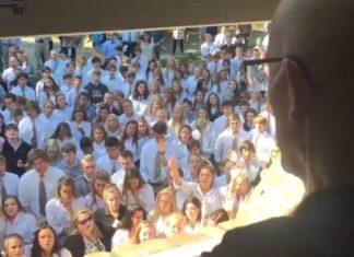 400 студентов спели песню любимому учителю